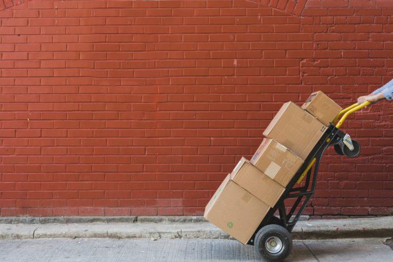 Paket auf Schubkarre